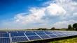 Solarenergie Photovoltaik unter blauem Himmel