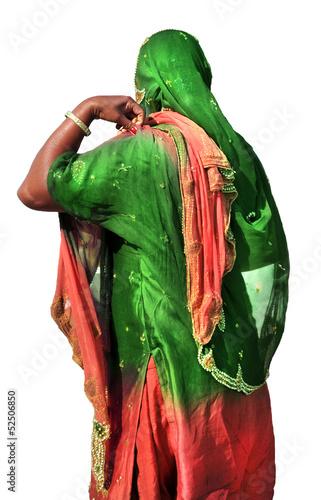 Donna indiana in abito tradizionale, isolata su fondo bianco
