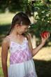 Mädchen hat Hunger auf einen Apfel