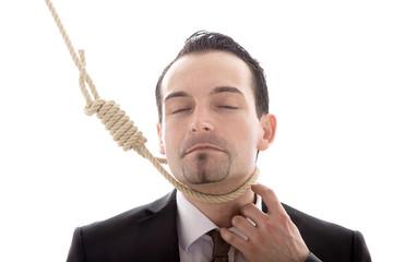 Mann mit Schlinge am Hals ist im Himmel