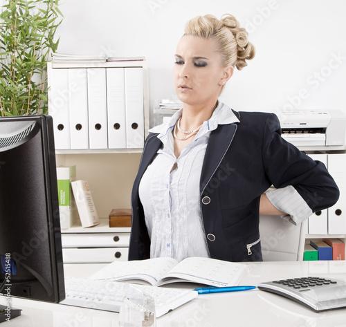 Frau hat Rückenschmerzen im Büro