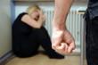 Frau wird Opfer häuslicher Gewalt