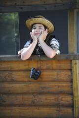 Enfant observant la nature dans sa cabane