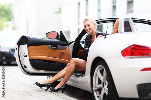 junge Frau im Cabrio