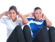 zwei mädchen machen fitness übungen