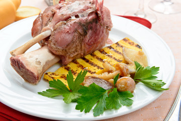 Stinco di maiale con polenta e funghi - Knuckle of pork