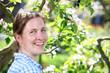 Lächelnde Frau im Garten