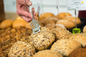 brötchenverkauf beim bäcker