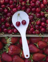 Fruta roja en el mercado
