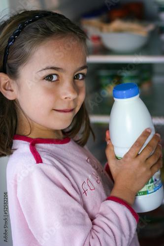 attraper le lait au réfrigérateur