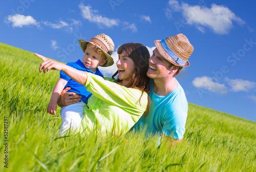 junge familie im feld