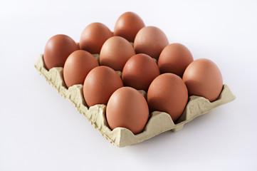 Docena de huevos fondo blanco