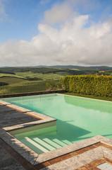 piscina su colline toscane