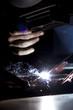 Hombre trabajando, soldando, cortando hierro, industria, luz.