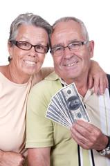 Couple âgé tenant une liasse de billets.