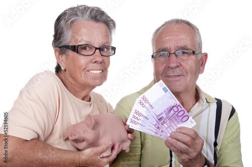 Couple âgé avec une liasse de billets et une tirelire.