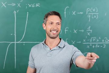 lehrer zeigt auf jemanden im unterricht