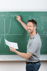 lehrer schreibt mathe an die tafel