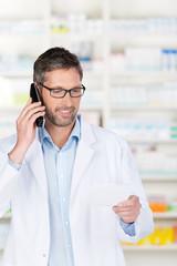 freundlicher apotheker berät am telefon
