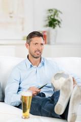 mann schaut fußball im fernsehen