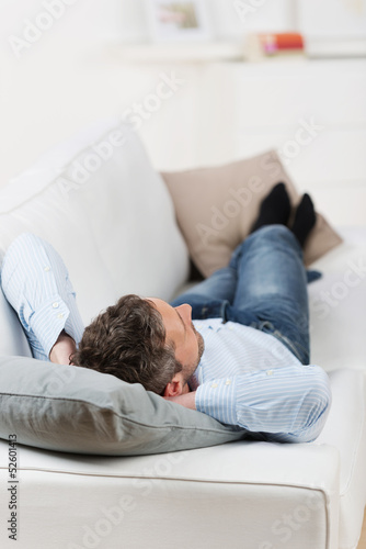 entspannter mann auf dem sofa