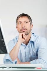 nachdenklicher mann am computer