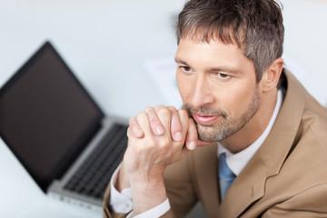 portrait geschäftsmann mit laptop