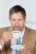 mann genießt kaffee