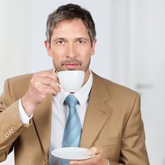 geschäftsmann trinkt kaffee