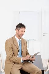 geschäftsmann liest am tablet-computer