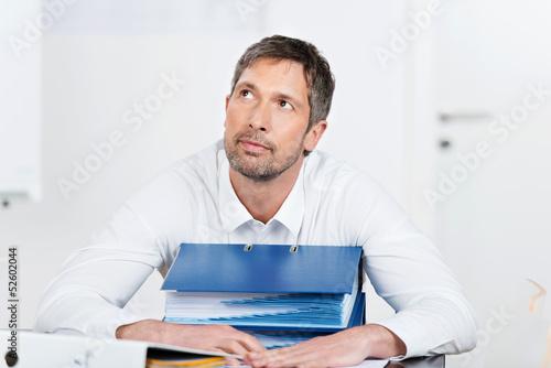 mann mit akten schaut nach oben