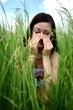 belle jeune femme brune sur la prairie