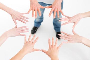 viele Hände berühren sich im Kreis