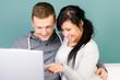 junge frau zeigt etwas auf dem laptopbildschirm