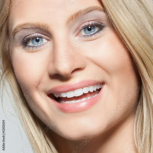Junge Frau (25) mit strahlend weißen Zähnen