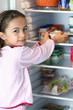 fillette dans le réfrigérateur