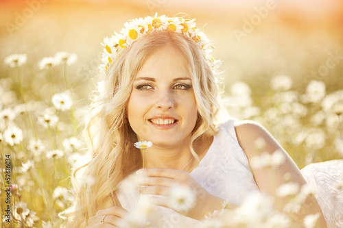 portrait of a beautiful bride in a field of daisies