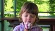 bambina mangia il gelato