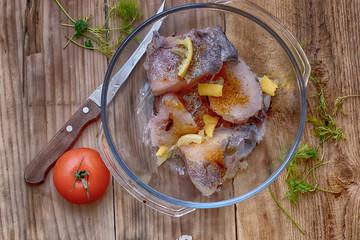 сырая рыба нарезанная ломтиками с приправой