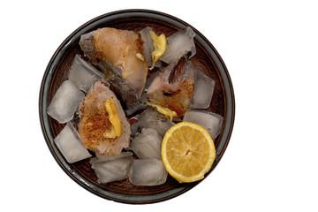 сырая рыба нарезанная ломтиками с приправой во льду