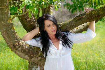 Frauportrait am Frühlingsbaum
