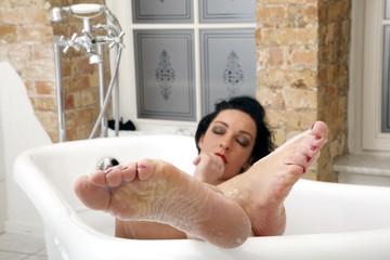 Frau relaxt in der Badewanne