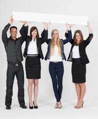 junge Leute mit Werbeschild in den Händen
