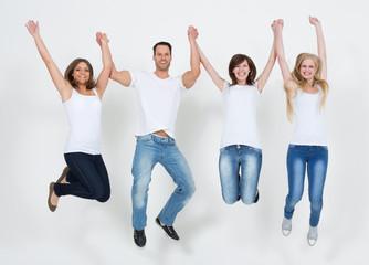 Gruppe Jugendlicher springt hoch