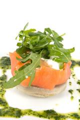 saumon fumé et salade sur assiette