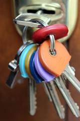 mazzo di chiavi nella serratura