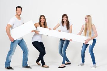 junge Leute halten Werbeschild