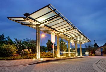 Moderner Busbahnhof Bushaltestelle bei Nacht - Bus Stop