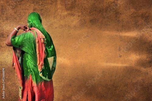 Donna orientale su sfondo marrone vecchia pergamena