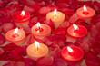 Kerzen im Rosenblütenblättermeer